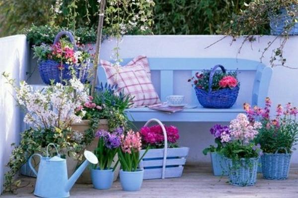 jardin bleu décoration banc et cache-pots