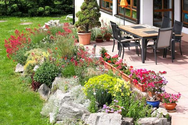 Rocaille de jardin sous terrasse