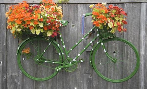 balcon décoré avec une bicyclette
