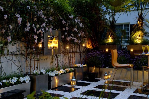 Jardin des soirs d'été avec lumières