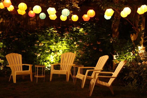 Jardin des soirs d'été avec lampions