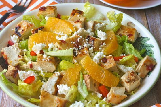 Salade de poulet grillé, orange, poivron et Feta