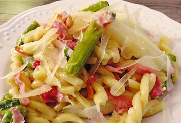 Salade de pâtes, asperges, jambon et parmesan