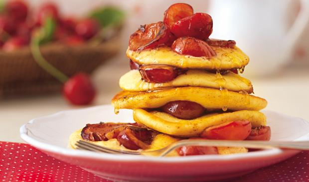 Pancakes vanillés aux cerises compotées.