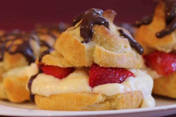 Choux à la fraise et crème fouettée, sauce chocolat