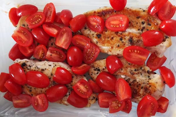 Poulet doré et tomates