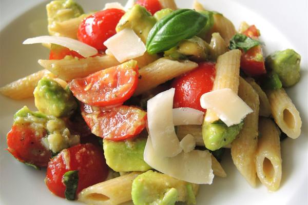 Salade de pâtes penne avocat tomate parmesan