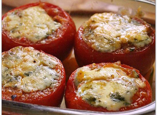 Tomates farcies façàn moussaka gratinées au fromage de brebis.