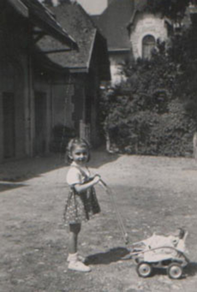 Août 1950, (3 ans et 3 mois) ma poupée Nelly  La buanderie à gauche, au fond, après le garage.