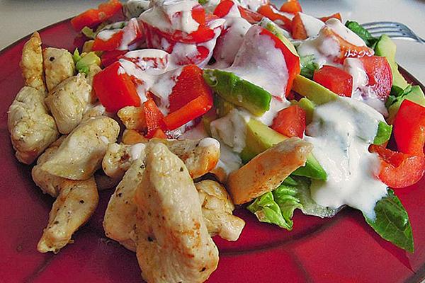 Morceaux de poulet froid, salade et sauce