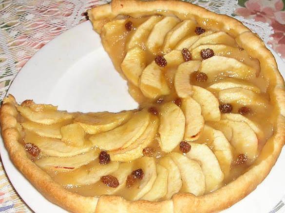 Tarte aux pommes et raisins cannelle.