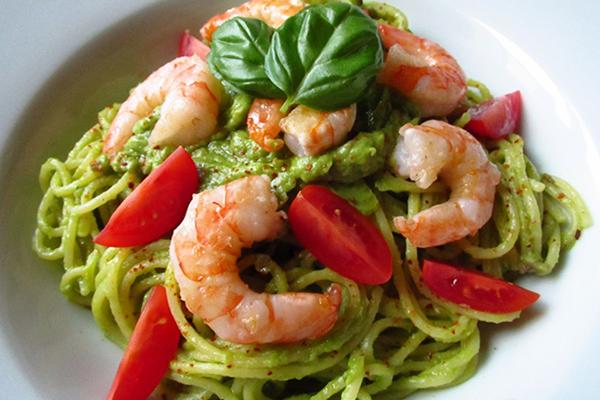 Salade de spaghettis, avocat, tomate et crevettes