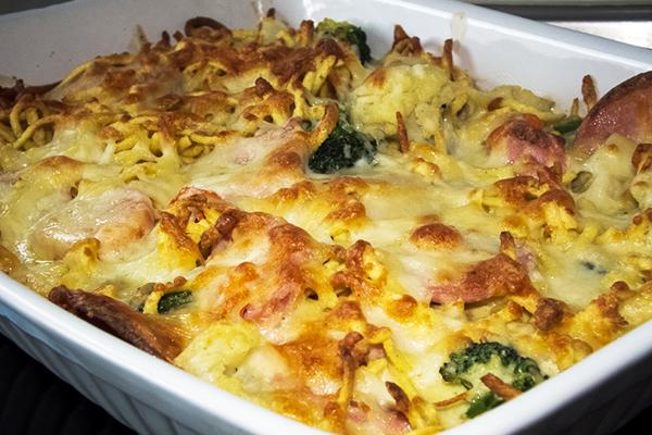 Spätzles, saucisses et légumes en gratin