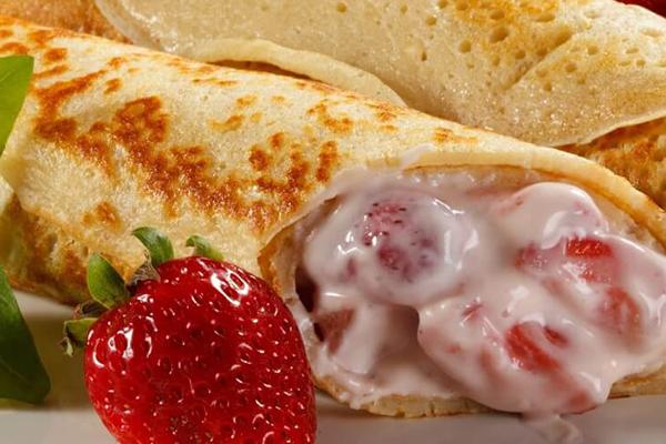 Crêpe roulée fraises à la crème