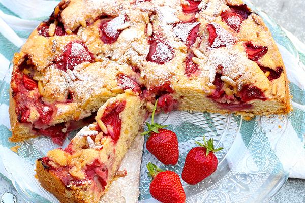 Gâteau d'été aux fraises et pignons de pin