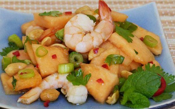 Salade  fraiche de melon crevettes aux noisettes