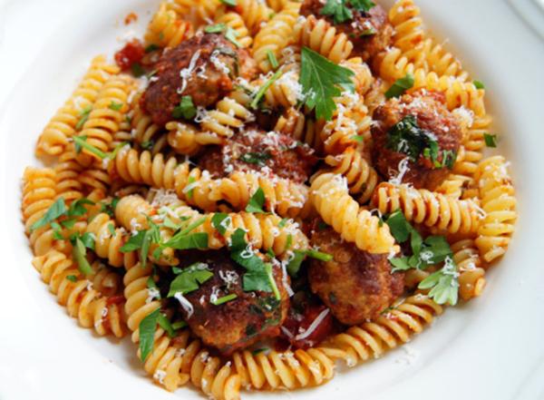 Croquettes de viande à la tomate sur pâtes