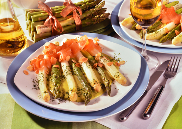 Asperges saumon fumé sauce hollandaise amandes grillées