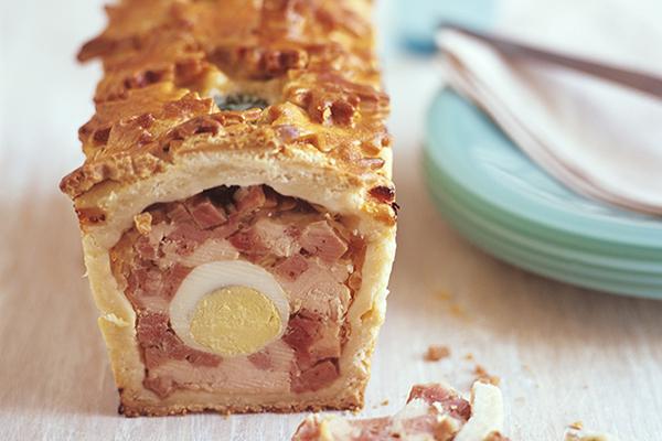 Pâté en croûte de Pâques au poulet jambon oeufs durs