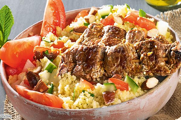 Salade de couscous avec brochettes