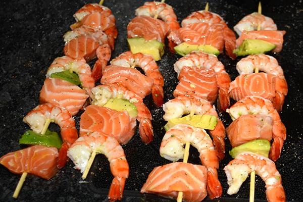 Brochettes de saumon crevettes et avocat au citron