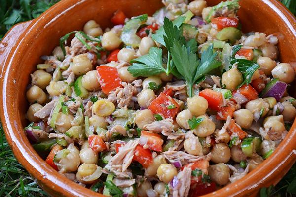 Salade méditerranéenne pois chiche thon tomate oignon  ...