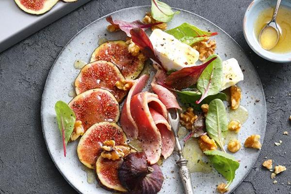 Salade complète de mâche, magret fumé, figues, noix et fromage.