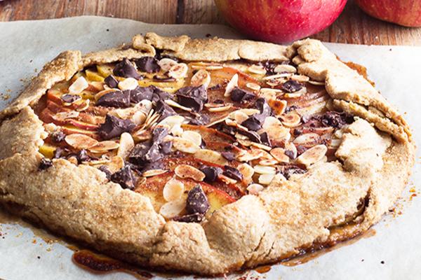 Tarte rustique aux pommes et copeaux de chocolat amandes.